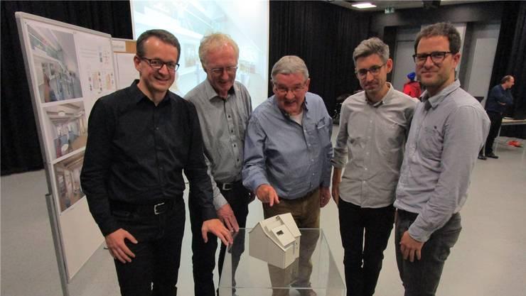 Roland Lenzin, Hans Burger (Präsident Museumsverein), Joe Schnetzler (Projektleiter), Martin Handschin und Fabian Furter (v.l.) am Modell des «neuen» Museums Schiff. Bild: Peter Schütz