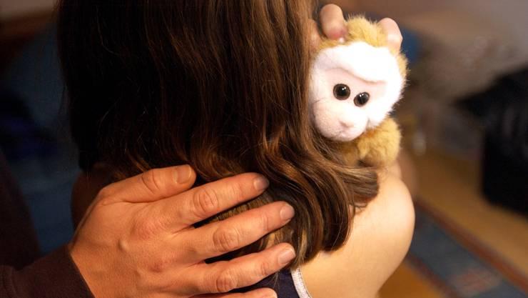 Der Vater missbrauchte seine Tochter wiederholt sexuell (gestellte Aufnahme, Symbolbild).