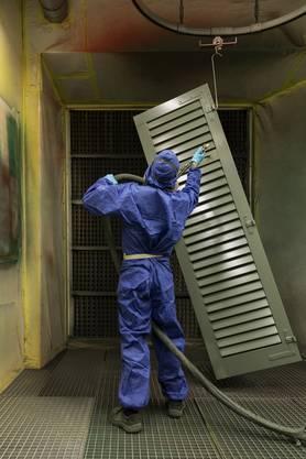 Insasse Ali K. arbeitet in der Malerei der Justizvollzugsanstalt Lenzburg.