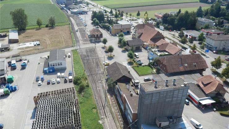 In der Zwischenzeit wird auf dem Bahnhofsareal Lohn-Lüterkofen (braune Fläche links vom Bahnhof) schon am Hochhaus gebaut. (Archiv)