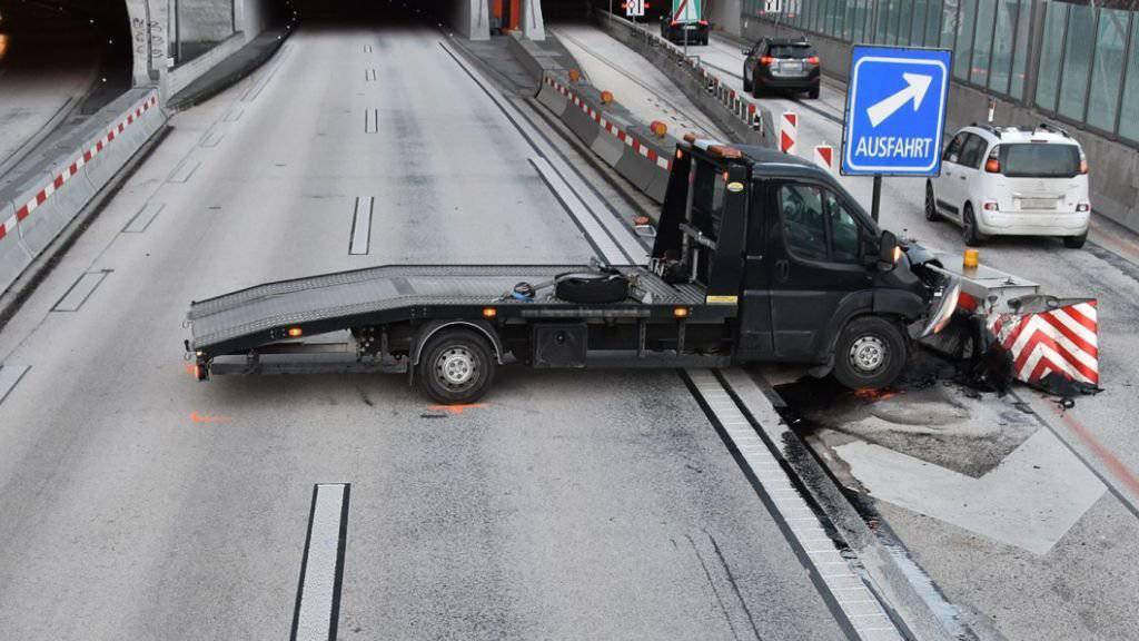 Statt in den Tunnel fuhr dieser Lieferwagen auf der Autobahn A2 in einen Prellbock.