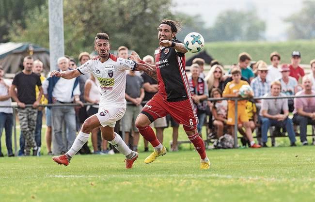 Der FC Klingnau im Duell gegen den FC Chiasso (in Weiss) im Schweizer Cup 2018: Auf dem Platz im Grie hat der Fussballklub zu wenig Platz, damit alle 19 Mannschaften trainieren können.