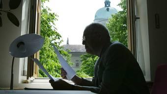 Ein Bundesbeamter arbeitet in seinem Büro im Bundeshaus West (Symbolbild)