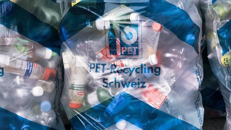 Der Verein PET Recycling Schweiz plant tausende neue Sammelstellen vor allem an Haltestellen des öffentlichen Verkehrs. (Symbolbild)