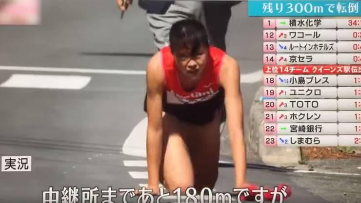 Statt aufzugeben, krabbelte die Japanerin die letzten 200 Meter auf den Knien ins Ziel.