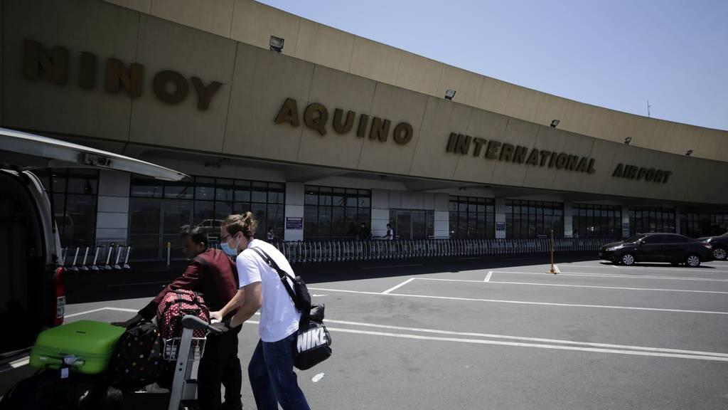 Reisende warten am Flughafen Ninoy Aquino in Manila auf ihren Rückflug in die Heimat.