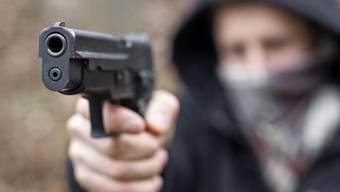 Die Täter bedrohten die Servicemitarbeiterin und Gäste mit Faustfeuerwaffen (Symbolbild).
