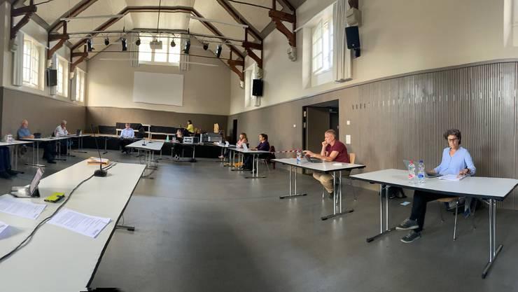 Der Gemeinderat Biberist tagt im Coronakrisen-Modus. Viel Abstand zwischen den einzelnen Tischen.