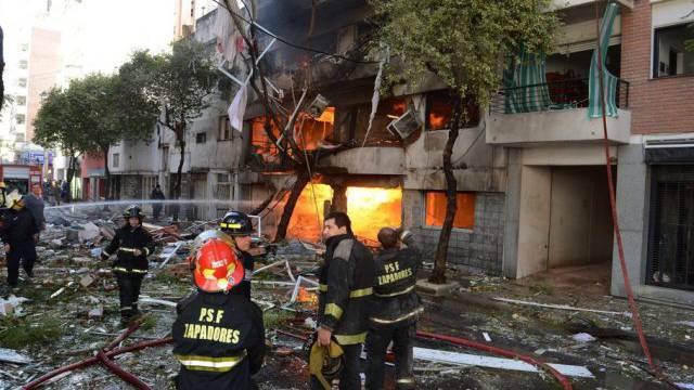 Feuerwehrleute versuchen den Brand zu löschen