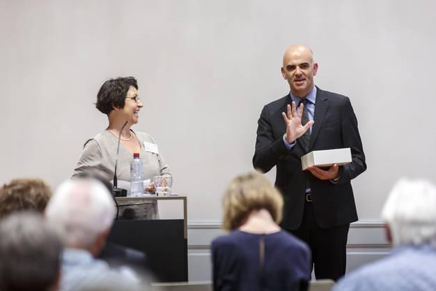 Als Dankeschön für sein Referat erhält Bundesrat Berset von Ida Boos, Geschäftsleiterin Pro Senectute Kanton Solothurn, eine Solothurner Torte.