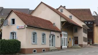 Hauptstrasse 30 in Frick: Der Gebäudekomplex aus dem Jahr 1830 mit dem geschlossenen Imbiss «Bilen Kebab» ist zum Verkauf ausgeschrieben. Dennis Kalt
