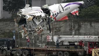 Wrack des verunglückten TransAsia-Flugzeuges wird abtransportiert