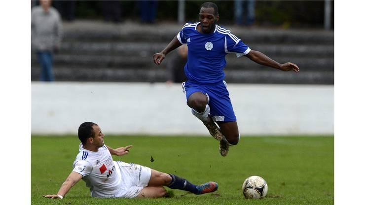 Grenchnen's Mario Rocha Sampaio (rechts) im Kampf um den Ball gegen Wohlen's Hemaz Mihoubi.