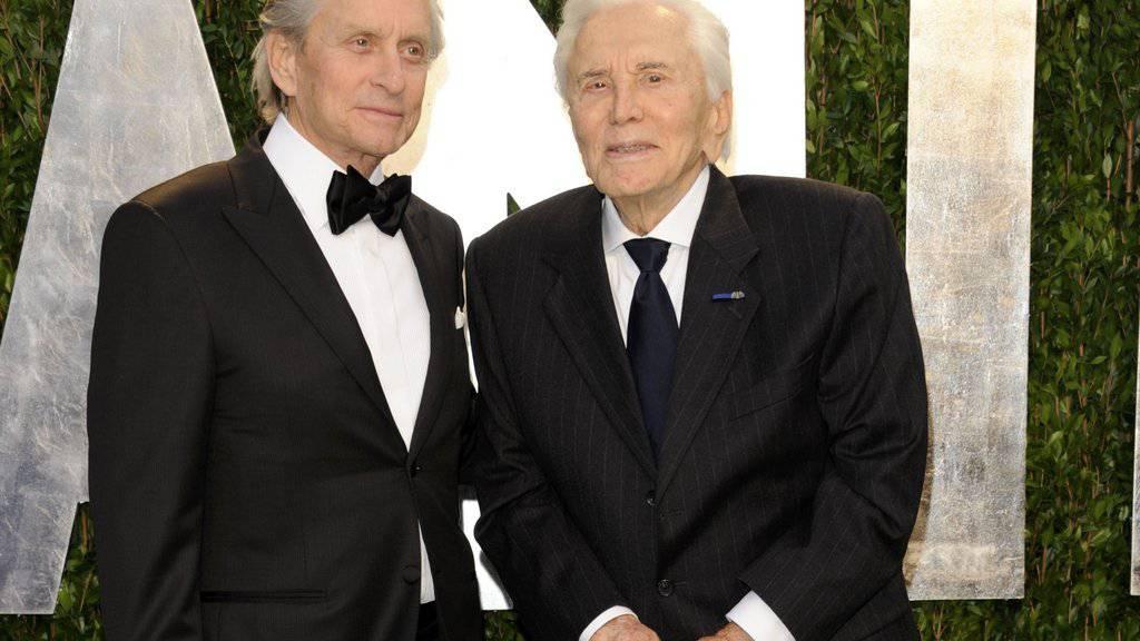 Kirk Douglas (rechts) mit Sohn Michael: Dieser nahm den jüdischen Kulturpreis für seinen bald 100-jährigen Vater entgegen. (Archivbild)