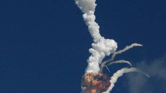 Die Weltraumrakete explodiert kurz nach dem Start