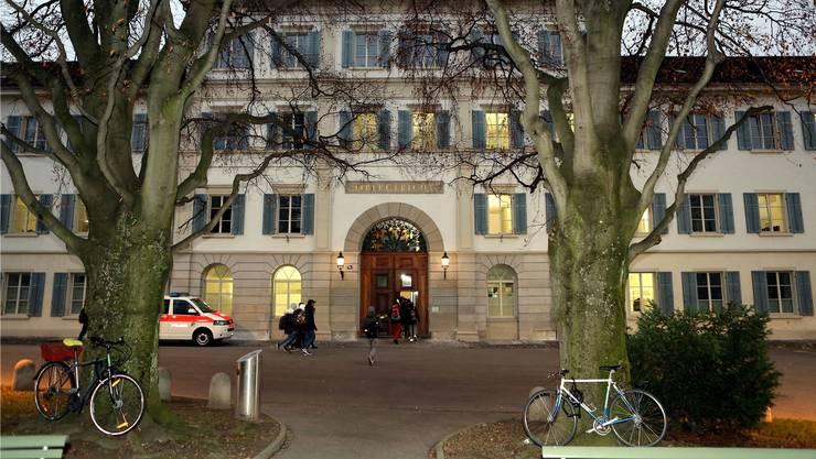 Das Zürcher Obergericht hat die Freiheitsstrafe des 24-jährigen Schlägers aus Urdorf leicht reduziert – dafür aber die Genugtuung, die dem Opfer zusteht, um 5000 Franken erhöht. (Archiv)
