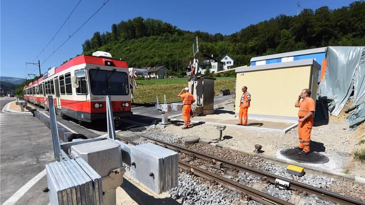 Der Bahnübergang Steinenweg in Hölstein hatte nur ein Blinksignal und eine Klingel, die vor der Waldenburgerbahn warnten. Seit gestern sind nun die neuen Schranken in Betrieb. Juri Junkov