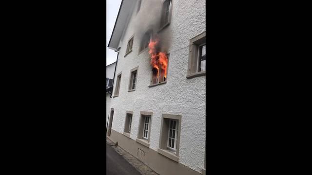 Grossbrand in der Liegenschaft des Gasthauses «zum Schlüssel» in Bad Zurzach: Erst züngeln Flammen aus einem Fenster, später dringt dicker Rauch aus mehreren Fenstern.