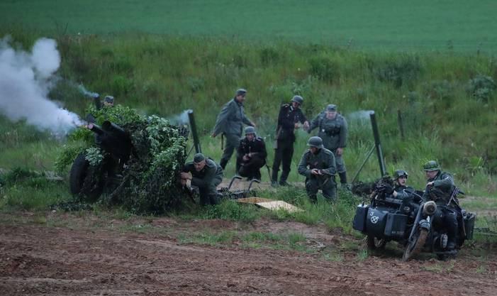 In der Stadt Gorshki, rund 30 Kilometer von Minsk entfernt, stellten Schauspieler in einem Openair-Museum im Rahmen des «Tages der Grenzsoldaten» Szenen aus dem Zweiten Weltkrieg nach.