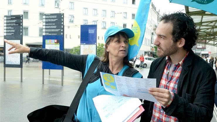 Petra Harr-Dehn gibt Auskunft. Der Tourist ist auf der Suche nach der Photo Basel. Nicole Nars-Zimmer