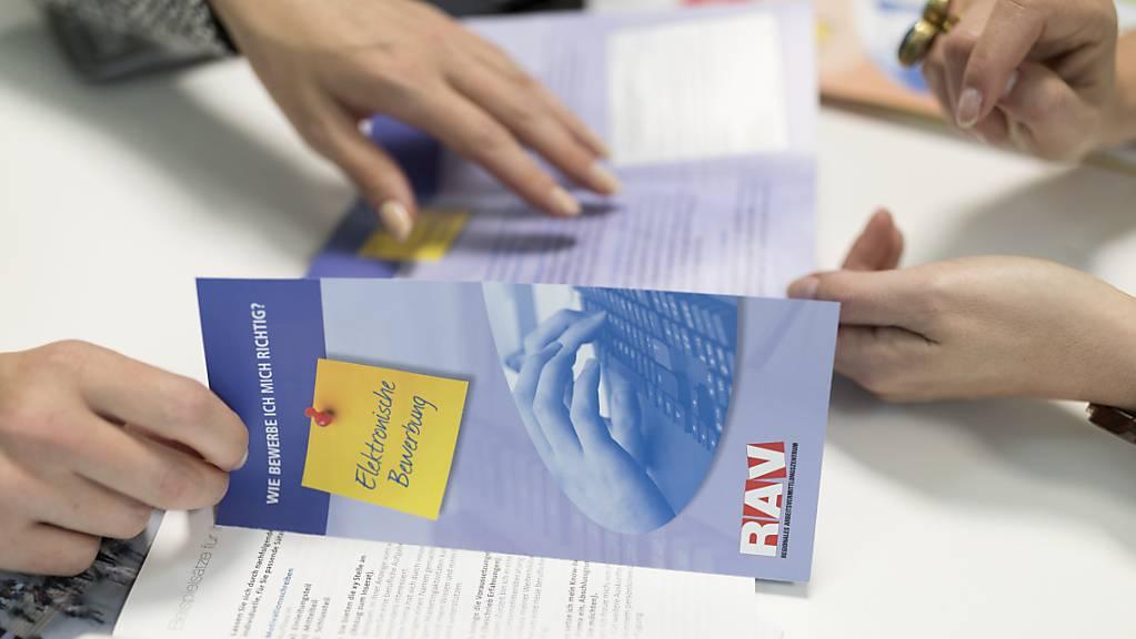 Die Regionalen Arbeitsvermittlungszentren (RAV) bereiten sich auf einen Ansturm von Personen vor, die nach einer Entlassung eine neue Stelle suchen. (Archivbild)