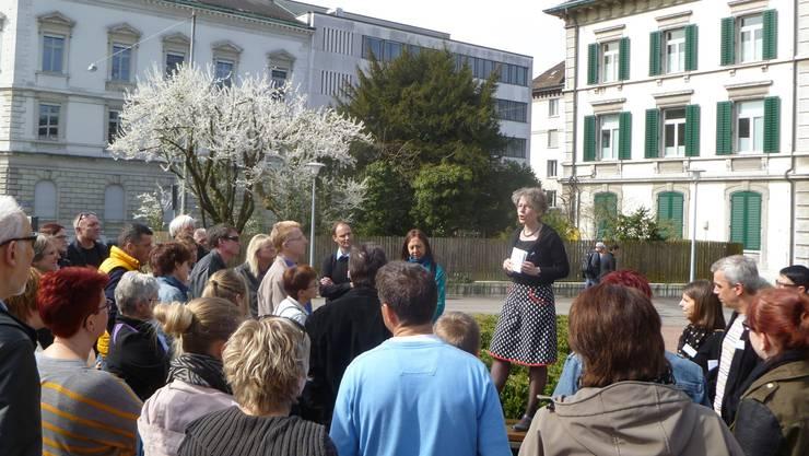 «Perspektive»-Geschäftsleiterin Karin Stoop referierte vor den Teilnehmern des Gassenrundgangs.