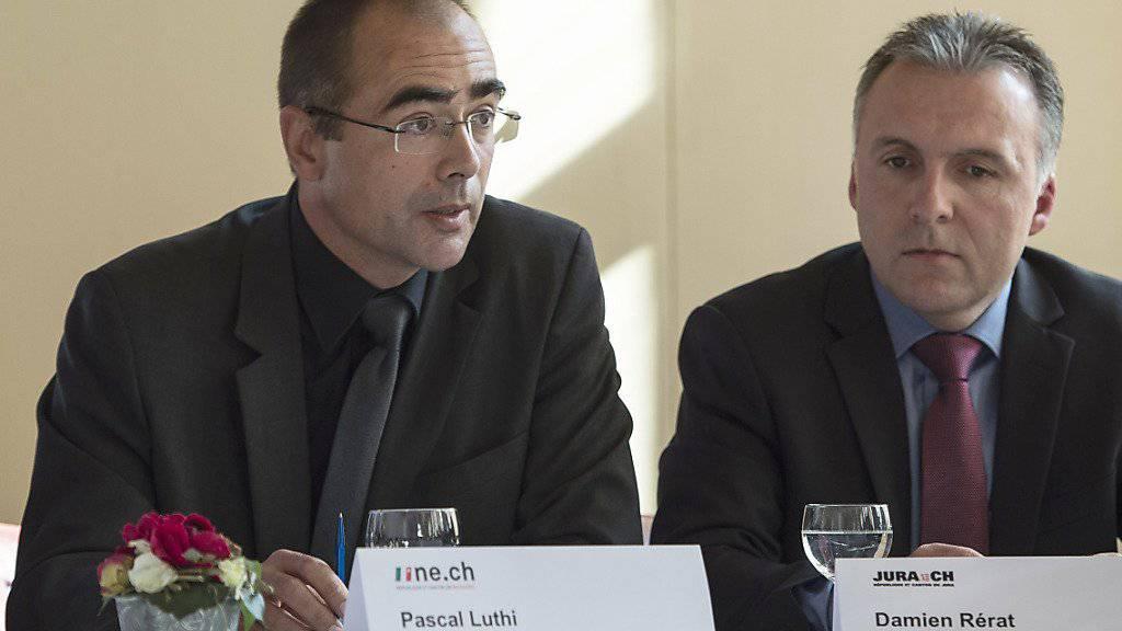 Der Kommandant der Neuenburger Kantonspolizei, Pascal Lüthi (links), verweist darauf, dass verstärkte Polizeimassnahmen den Drogenhandel nur verlagerten. (Archivbild)
