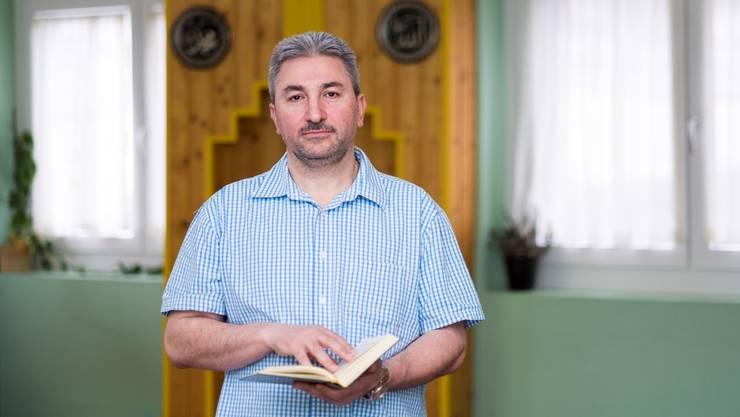 Serafettin Karadeniz, Präsident des islamischen Kulturvereins Rheinfelden, in der Moschee, wo seit zweieinhalb Jahren ein Imam aus der Türkei predigt.