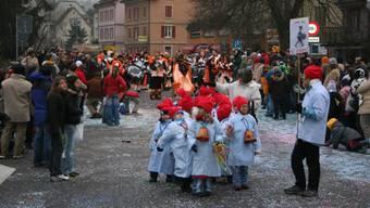 Konfetti, Verkleidungen, Guggen: Volksfeststimmung während des Fasnachtsumzugs an der Oberdorfstrasse im Jahr 2006. santosh brivio