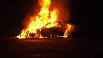 Auto brennt in Pratteln vollständig aus.