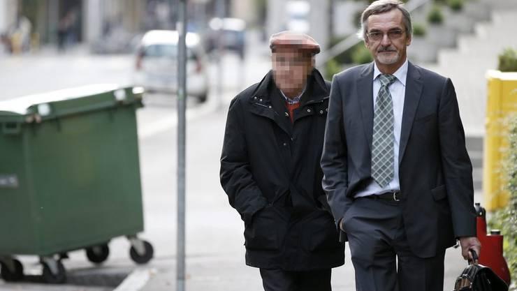 Der nun verurteilte Renter zusammen mit seinem Anwalt Peter Saluz auf dem Weg ins Gerichtsgebäude.