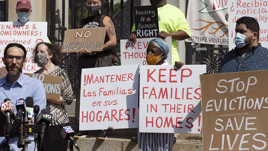 Vertreter einer Koalition von Gruppen, die sich für Wohnungsgerechtigkeit einsetzen, halten während einer Pressekonferenz Schilder gegen Zwangsräumungen. Der Oberste Gerichtshof der USA hat ein Moratorium blockiert, das Mieter während der Corona-Pandemie vor Zwangsräumungen schützen sollte. Foto: Michael Dwyer/AP/dpa