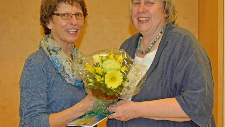 Nach 13 Jahren engagierter Vorstandstätigkeit wird Bea Fischer von Regula Toscan mit Blumen und von Herzen kommenden Dankesworten verabschiedet.