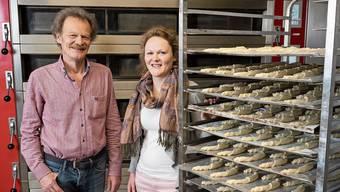 Die Freude über die gelungene Sanierung und den neuen Backofen im Hauptgeschäft ist bei Martin Lehmann und seiner Tochter Tamara Lehmann gross.