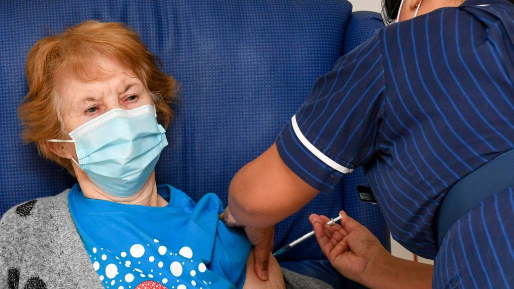 Die 90-jährige Margaret Keenan (l) war die Erste in Großbritannien: Im Universitätskrankenhaus Coventry bekam sie im vergangenen Dezember ihre erste Dose mit dem Impfstoff gegen das Coronavirus. (Archiv)