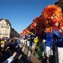16:00, Mittlere Brücke: D'Vorstadt Glunggi in leuchtenden Farben erhaschen die letzten Sonnenstrahlen auf der Mittleren Brücke. Ihr Sujet: «Vegaan oder Wuurscht, s'isch alles Kaabis!»
