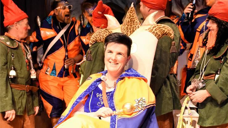 Claudia Gratwohl als neuer Ehrenschränzer: Sie wird als Schneewittchen, begleitet von Zwergen, die Niederwiler Fasnacht prägen.