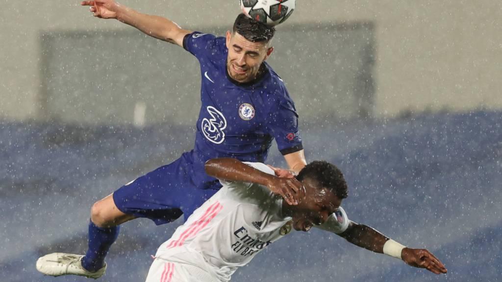 Reals Vinicius Junior (unten) muss gegen Jorginho einstecken