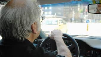 Geht es nach dem Bundesparlament, sollen Senioren erst ab 75 zur regelmässigen Fahreignungs-Prüfung. Das aber ist höchst umstritten.
