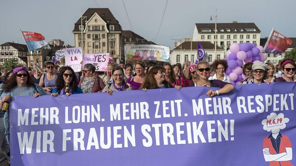 Vor einem Jahr zogen am 14. Juni hunderttausende Frauen für Lohngleichheit durch die Strassen. In diesem Jahr ist eine solche  Aktion wegen der Coronakrise nicht möglich. Doch die Forderungen bleiben di gleichen. (Archivbild)