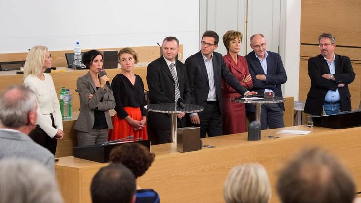 Von links: Lilian Studer (EVP), Pascale Bruderer (SP, bisher), Irène Kälin (Grü), Bernhard Guhl (BDP), az-Chefredaktor Christian Dorer (Co-Moderator), Ruth Humbel (CVP), Hansjörg Knecht (SVP) und Beat Flach (GLP).