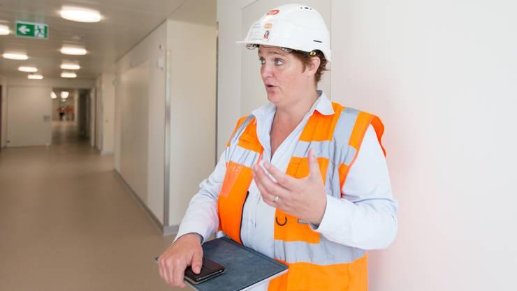 Caroline Feldmann, Bauherrenvertretung des Spitals Limmattal führt durch den Neubau.