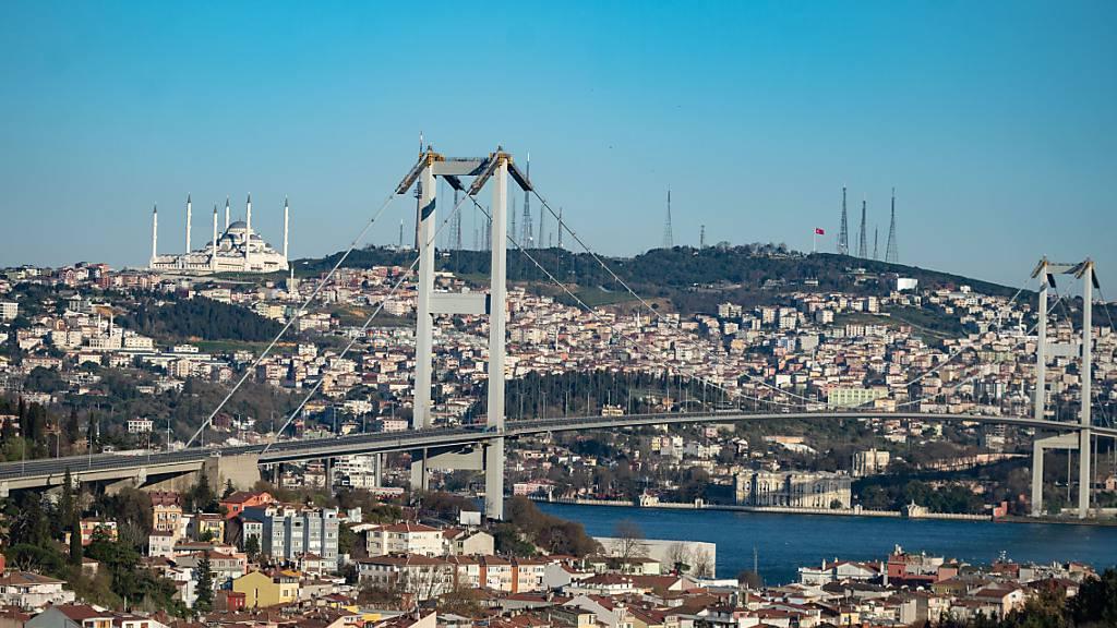 ARCHIV - Die Brücke über dem Bosporus zwischen Asien und Europa: In der Türkei gibt es Ärger um ein Abkommen, dass die Durchfahrt durch den Bosporus regelt. Foto: Yasin Akgul/dpa - ACHTUNG: Dieses Foto hat dpa bereits im Bildfunk gesendet