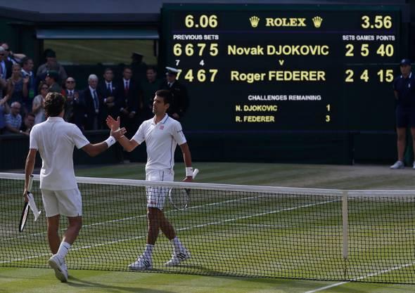 2014: Federer u. Djokovic 7:6 (9:7), 4:6, 6:7 (4:7), 7:5, 4:6 Als Titelverteidiger war Roger Federer im Vorjahr in der dritten Runde sensationell an Sergei Stachowski gescheitert. Auf die schlechteste Saison seit seinem Vorstoss an die Weltspitze reagierte er mit der Ernennung von Stefan Edberg als Trainer. Auf dem Weg in den Wimbledon-Final gibt er nur in den Viertelfinals gegen Stan Wawrinka einen Satz ab. Im Final liegt er im vierten Satz zwei Mal mit Break hinten, wehrt mit einem Ass einen Matchball ab und erzwingt einen fünften Satz, in dem er einen Breakball incht nutzen kann. Federer verliert den Final gegen Djokovic in 3:56 Stunden.