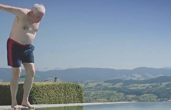 «Welcome to SVP»: Nach Willy kommt jetzt Blocher in Badehose – sehen Sie hier das ganze Video.