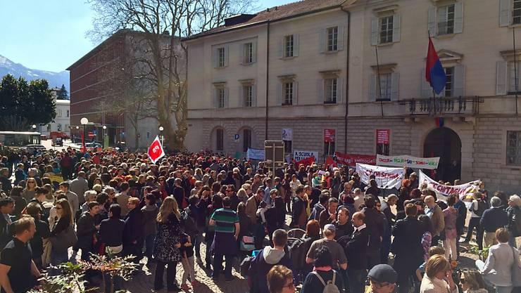 Vor dem Palazzo delle Orsoline in Bellinzona demonstrierten am Mittwoch Schüler, Lehrer, Politiker und Aktivisten gegen Einsparungen im Bildungsbereich.
