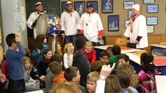 Vertreter der Fasnachtszunft Grenchen besucht Schulklassen.