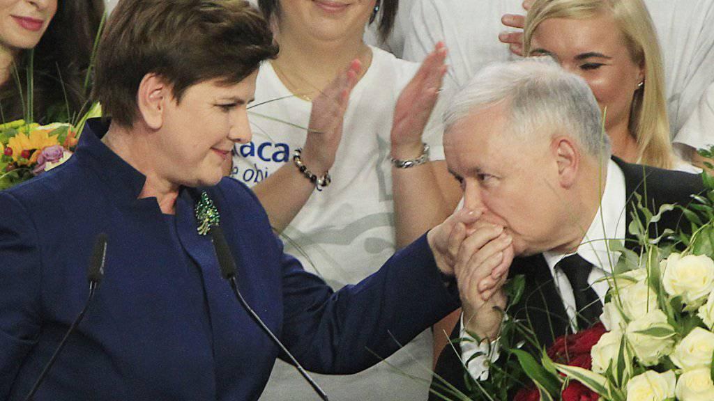Polens Ministerpräsident Jaroslaw Kaczynski (rechts) mit PiS-Spitzenkandidatin Beata Szydlo (links).