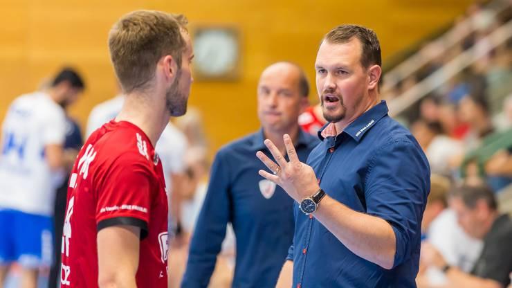 HSC-Trainer Misha Kaufmann (r.) bespricht sich mit Flügel David Poloz.