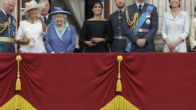 Queen Elizabeth und weitere Mitglieder der Königsfamilie haben an der 100-Jahr-Feier der Royal Air Force teilgenommen.